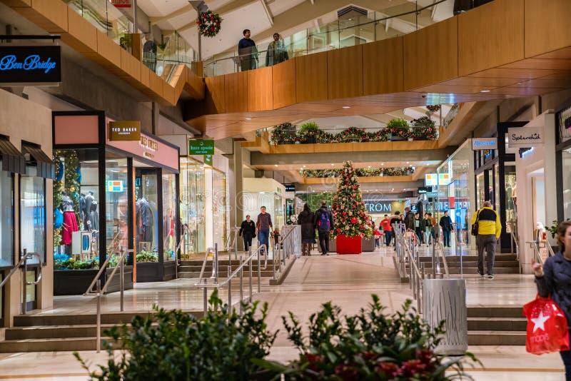Bellevue fyrkantgalleria som dekoreras under jul royaltyfria foton