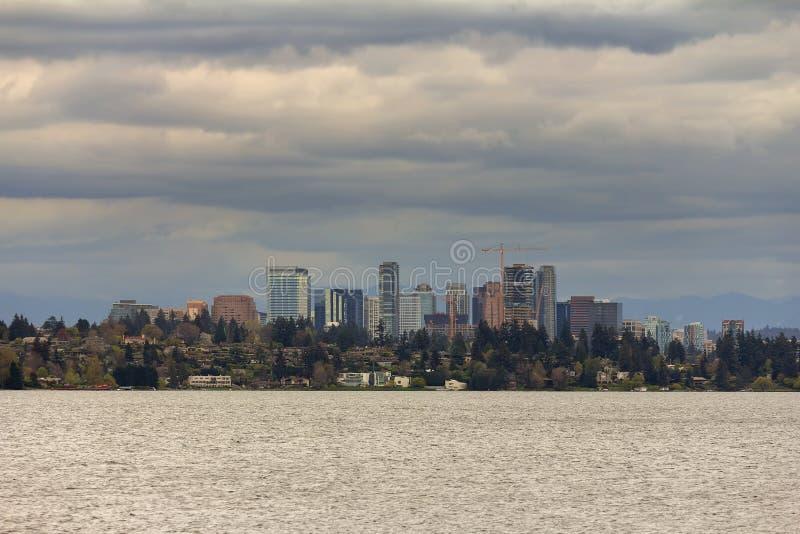 Bellevue-Skyline entlang Lake Washington USA lizenzfreie stockfotografie
