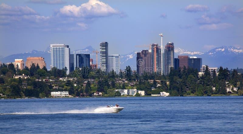 Bellevue Washington de lac avec des montagnes photos libres de droits