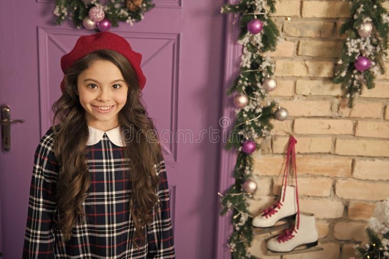 Belleza adorable Peque?a muchacha de moda Peque?o modelo con mirada de la moda Poco fashionista en la Navidad Muchacha de la mane imágenes de archivo libres de regalías