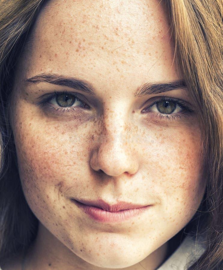 Belleza al aire libre Retrato sonriente de la mujer joven y feliz con las pecas imagenes de archivo