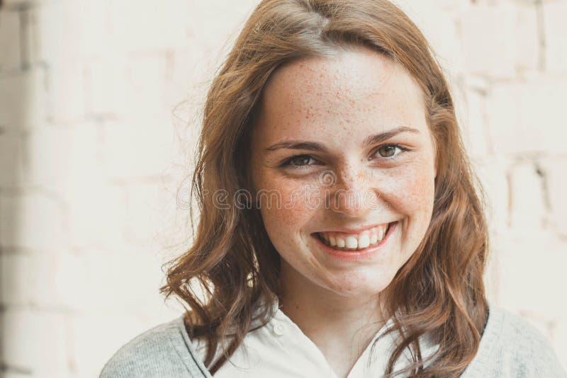 Belleza al aire libre Retrato sonriente de la mujer joven y feliz con las pecas fotografía de archivo libre de regalías