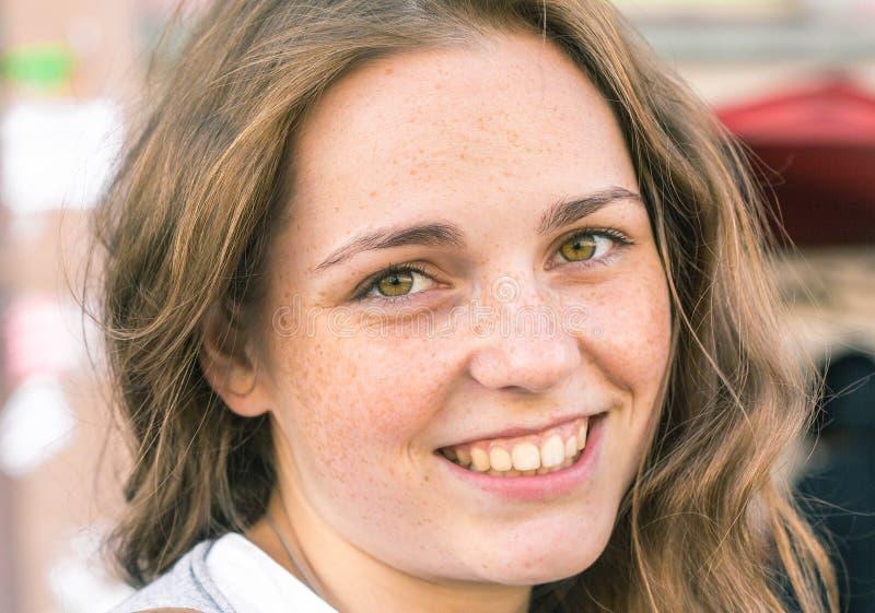 Belleza al aire libre Retrato sonriente de la mujer joven y feliz con las pecas foto de archivo libre de regalías