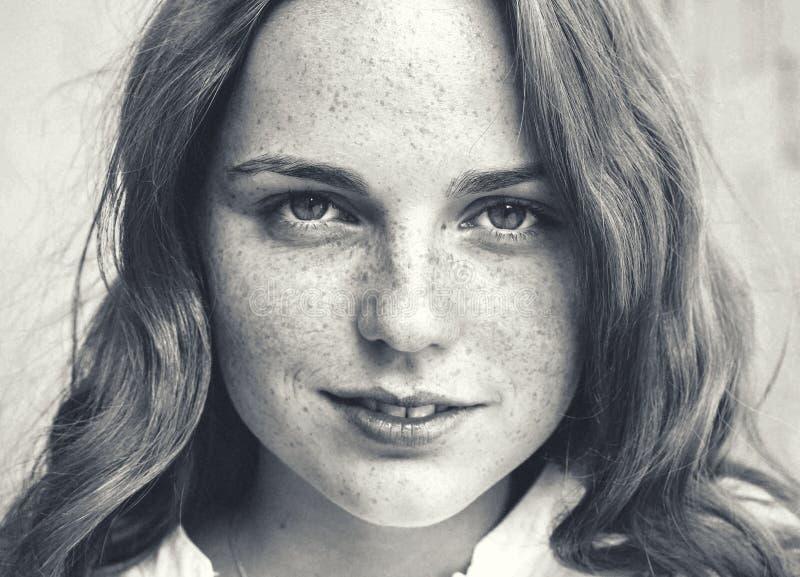 Belleza al aire libre Retrato sonriente de la mujer joven y feliz con las pecas Rebecca 36 imagenes de archivo