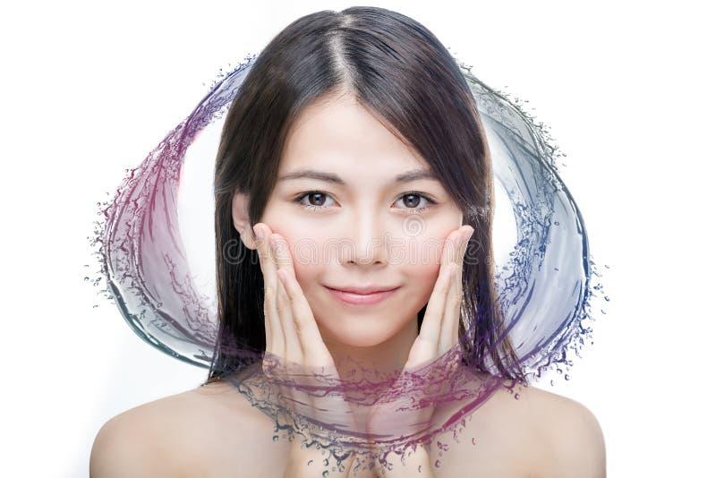 Belleza asiática con el chapoteo colorido del agua fotos de archivo