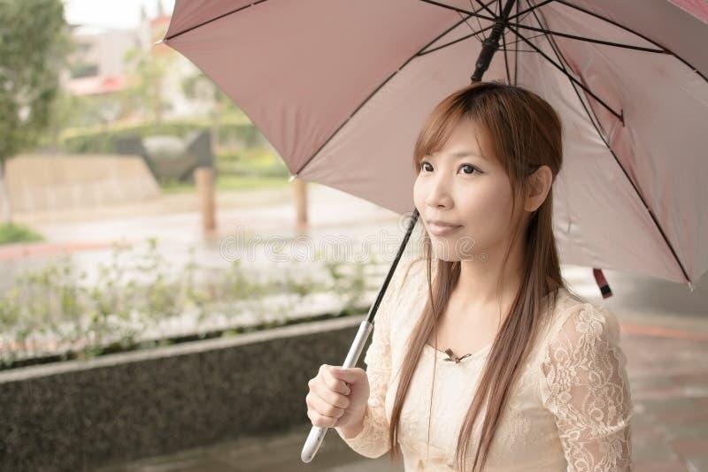Belleza asiática en llover día imagen de archivo
