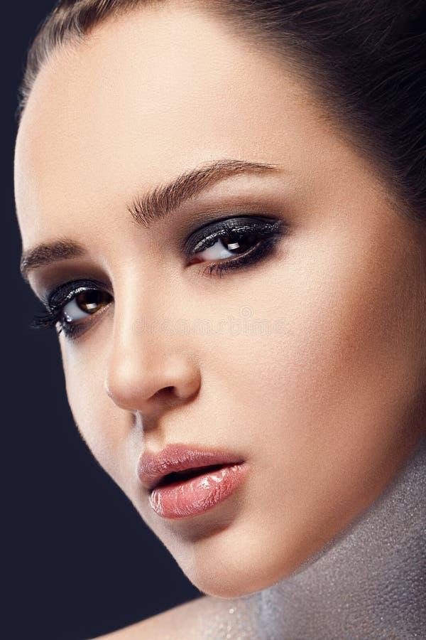 belleza Cara hermosa de la mujer con el lápiz labial rojo en los labios atractivos llenos regordetes Primer de la boca del ` s de fotografía de archivo
