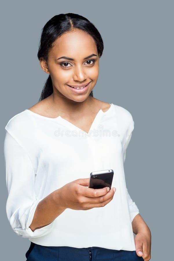 Belleza con el teléfono móvil imagen de archivo