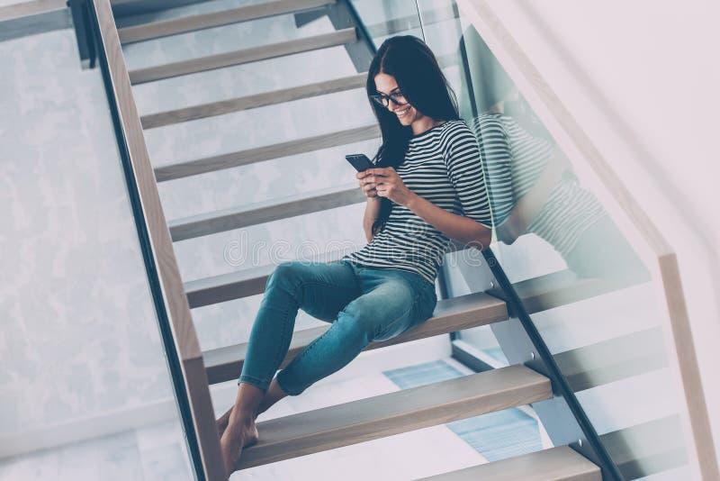 Belleza con el teléfono móvil imagen de archivo libre de regalías