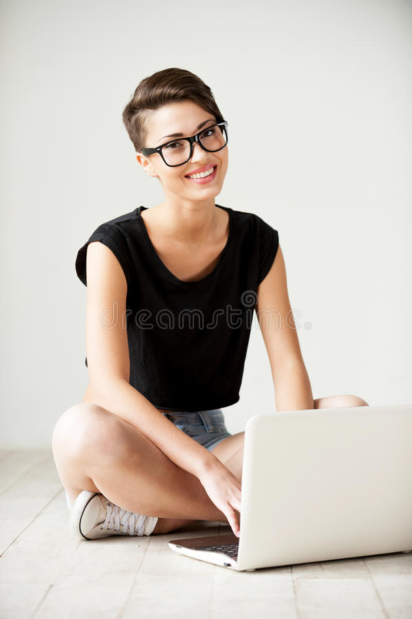 Belleza con la computadora portátil fotos de archivo libres de regalías
