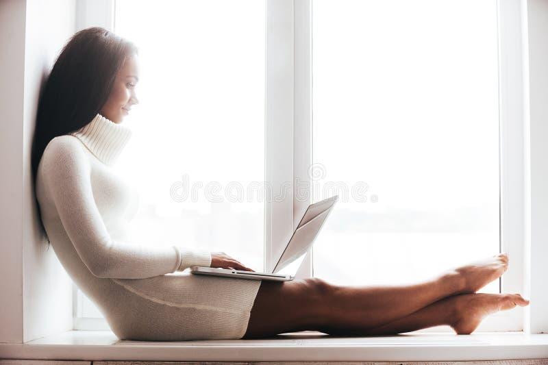 Belleza con la computadora portátil imagen de archivo