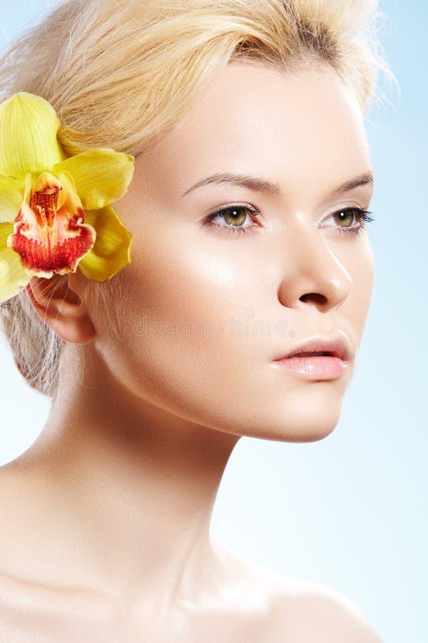Belleza con la flor de la orquídea, salud, cuidado del balneario de piel imagen de archivo