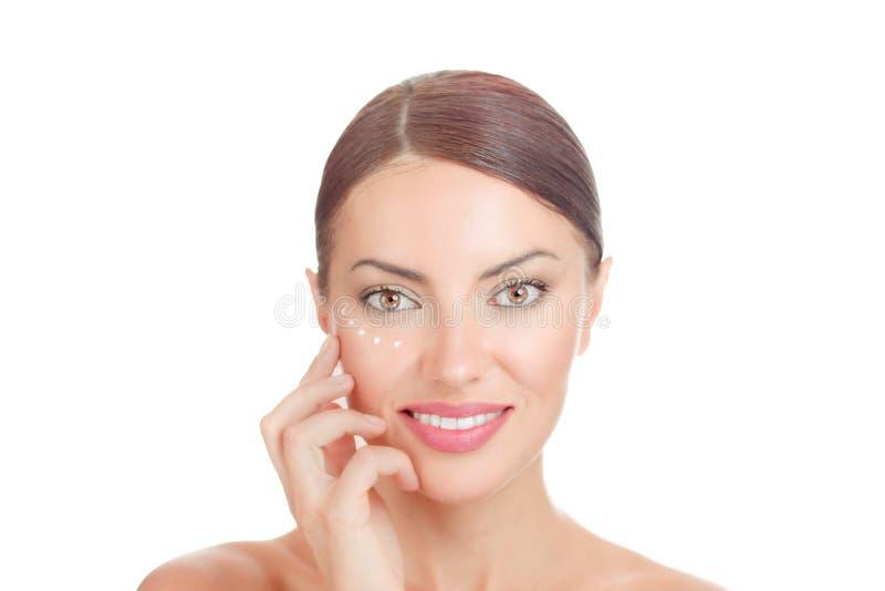 Belleza con la piel sin defectos Modelo moreno natural que plantea la mano en cara fotografía de archivo