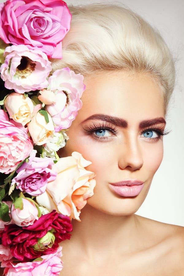 Belleza con las flores fotografía de archivo libre de regalías
