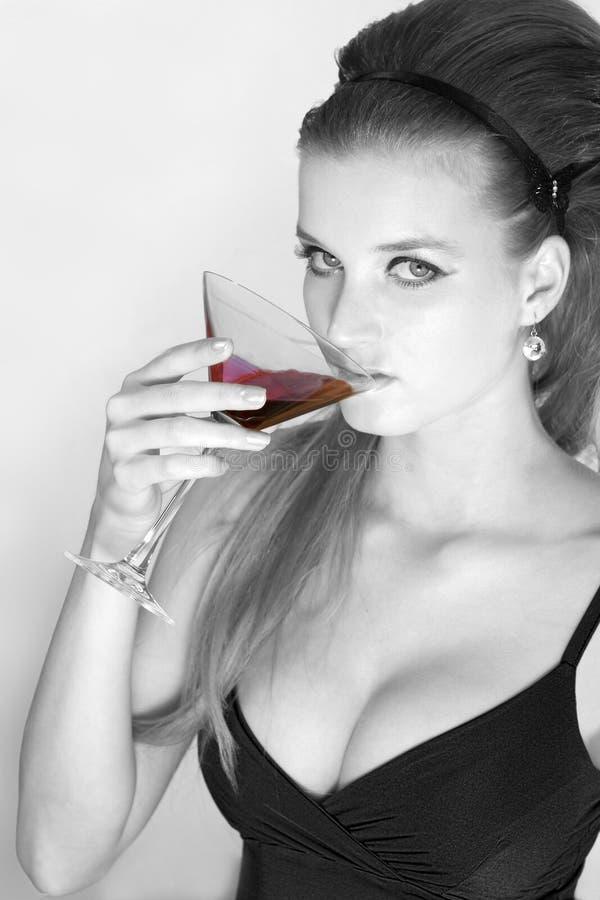 Belleza con un vidrio de martini fotos de archivo libres de regalías