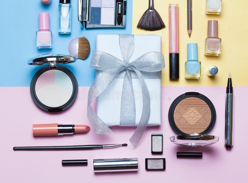 Belleza, cosméticos decorativos y caja de regalo con el arco Sistema de cepillos del maquillaje y paleta del sombreador de ojos d imagen de archivo libre de regalías