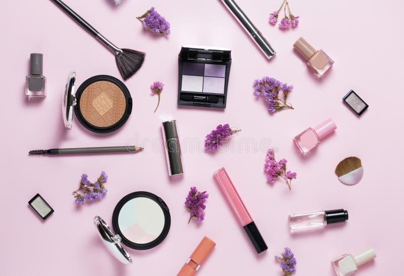 Belleza, cosméticos decorativos y caja de regalo con el arco Sistema de cepillos del maquillaje y paleta del sombreador de ojos d fotos de archivo libres de regalías