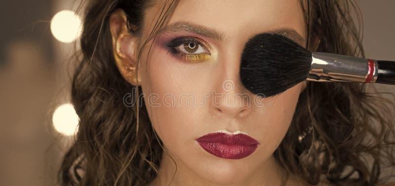 Belleza de la cara de la mujer Mujer con el maquillaje y los labios púrpuras, diseño del arte Cepillo del maquillaje del uso de l fotos de archivo