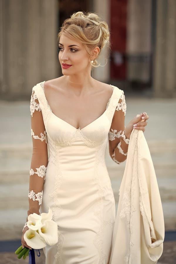 Belleza de la cara de la mujer Prometido hermoso en el vestido blanco fotografía de archivo