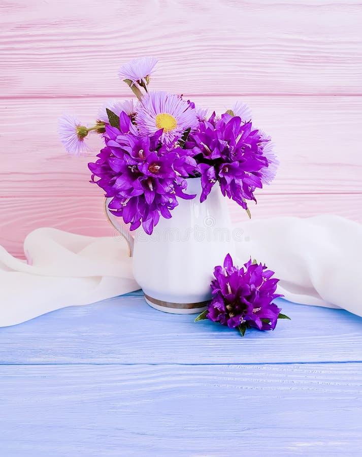 Belleza de la decoración del otoño de la estación del ramo de la flor del crisantemo en un florero en un fondo de madera foto de archivo libre de regalías