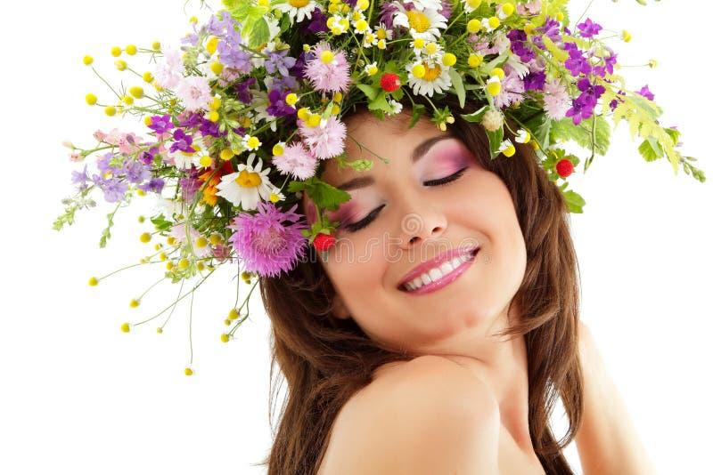 Belleza de la mujer con las flores salvajes del verano imagen de archivo