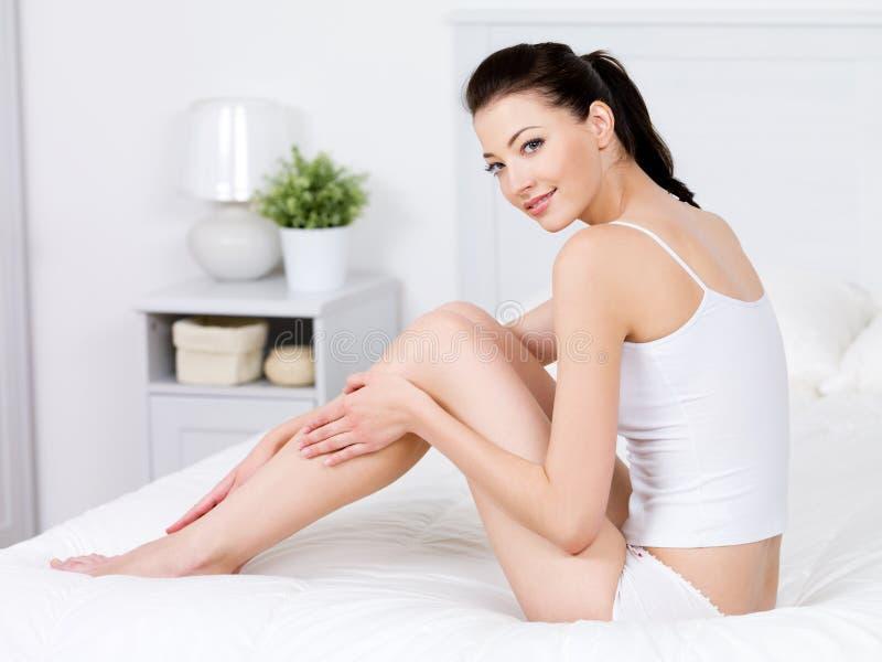 Belleza de la mujer con las piernas perfectas foto de archivo