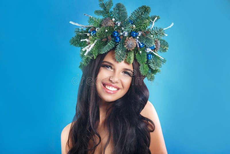 Belleza de la Navidad o del Año Nuevo Woman modelo sonriente fotos de archivo libres de regalías