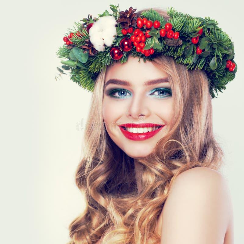 Belleza de la Navidad Woman modelo feliz con el peinado rubio de Permed fotografía de archivo