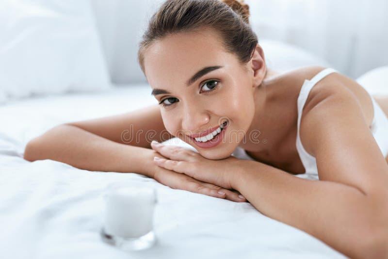 Belleza de la piel Mujer hermosa con crema de cara y piel sana foto de archivo libre de regalías