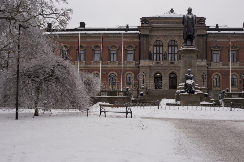 Belleza de la universidad de Uppsala en invierno que nieva fotografía de archivo