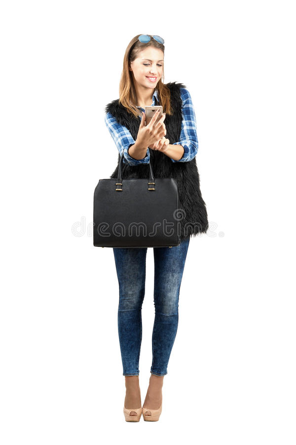 Belleza de moda de moda joven que comprueba su teléfono móvil foto de archivo