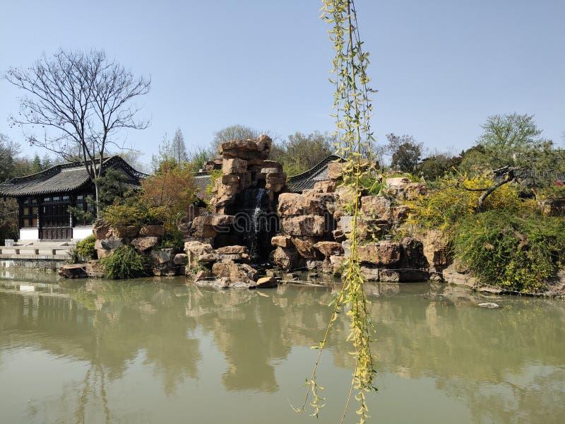 Belleza de primavera del turismo de Guangxi Beihai de China, jardín de rocalla, agua verde, árboles, pabellones fotos de archivo