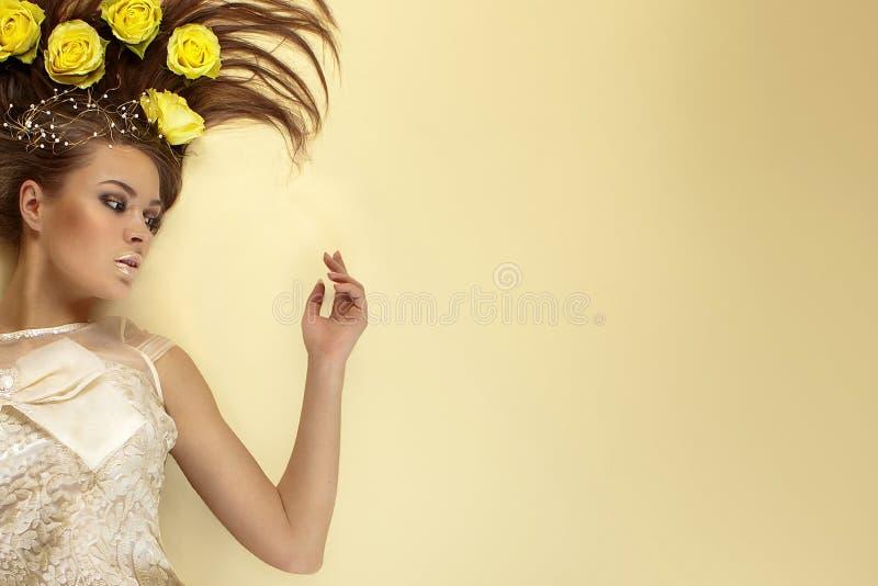Belleza de rosas en su pelo imagen de archivo