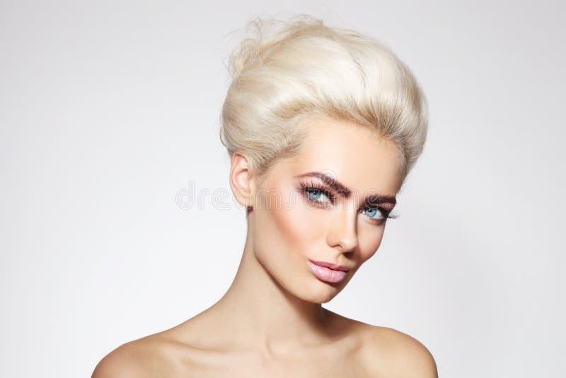 Belleza del blonde del platino foto de archivo