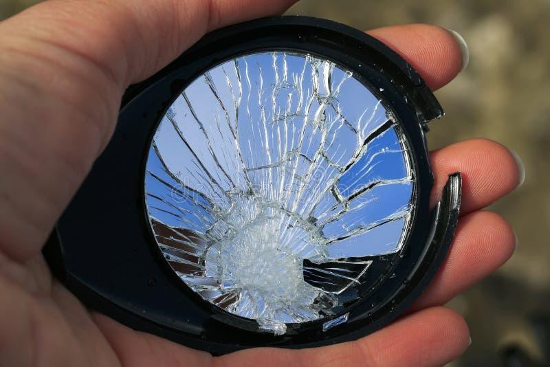 Belleza del espejo quebrado en las pequeñas grietas en la mano imagen de archivo libre de regalías