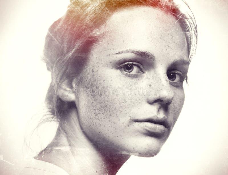 Belleza del estudio Retrato sonriente de la mujer joven y feliz con las pecas Rebecca 36 foto de archivo