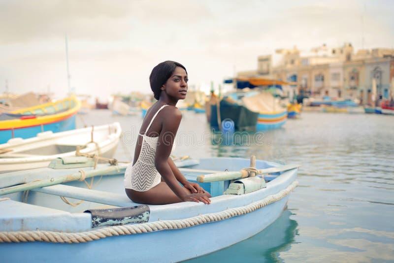 Belleza en el barco imagenes de archivo