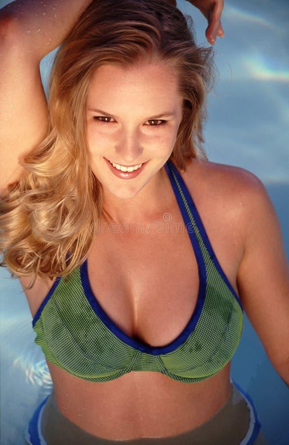 Belleza en la piscina imagen de archivo libre de regalías