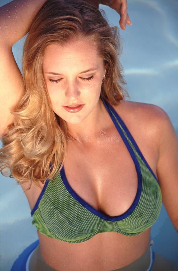 Belleza en la piscina imagen de archivo