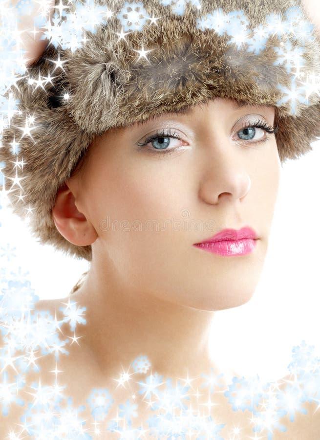 Belleza encantadora en los wi del sombrero del invierno imagenes de archivo