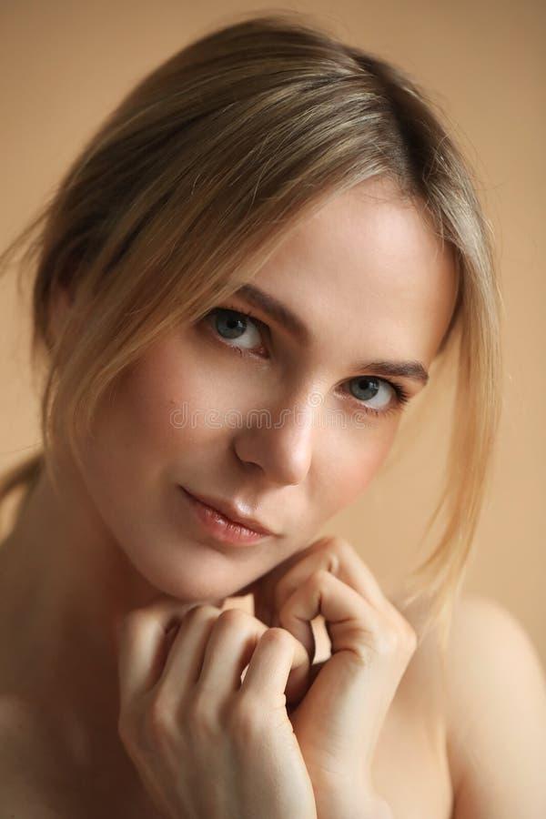 Belleza femenina en primer imagen de archivo