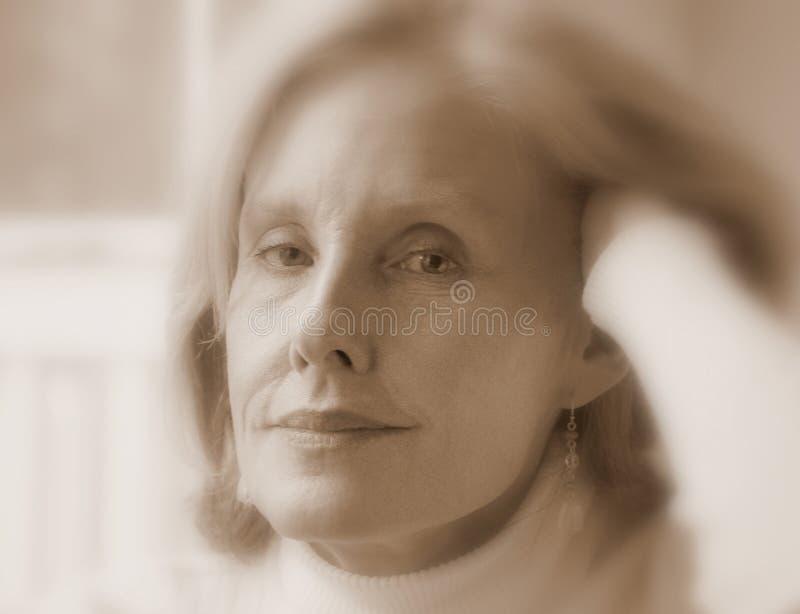 Belleza femenina madura imagen de archivo libre de regalías