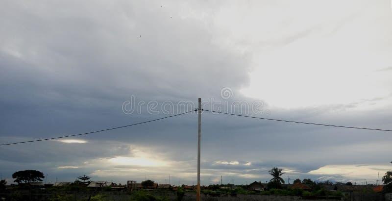 Belleza fresca de la lluvia oscura de la nube de la tarde fotos de archivo