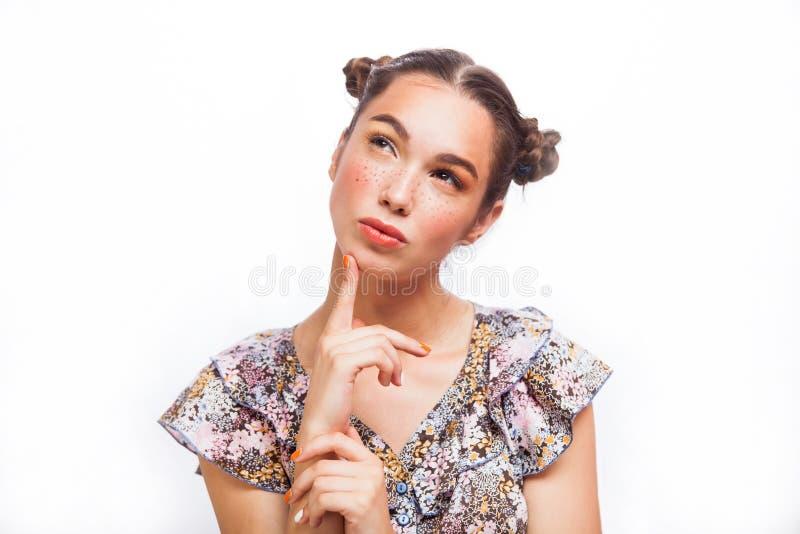 Belleza Girl modelo adolescente que piensa o que elige Muchacha adolescente alegre hermosa con las pecas, el peinado divertido y  imágenes de archivo libres de regalías