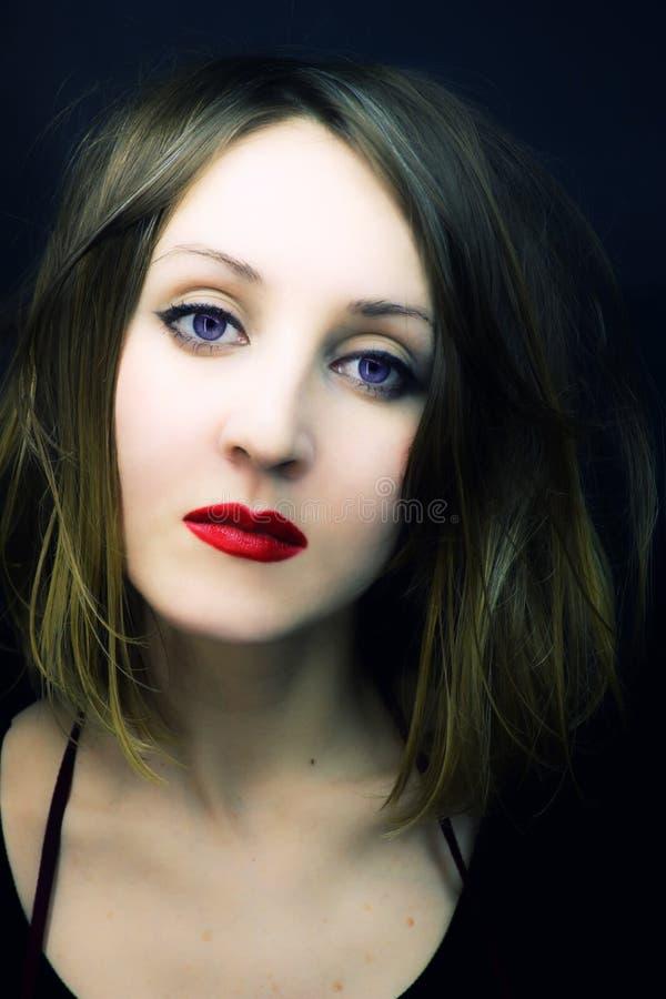 Belleza joven con los ojos violetas imagen de archivo libre de regalías