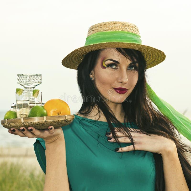 Belleza joven con tequila fotos de archivo libres de regalías