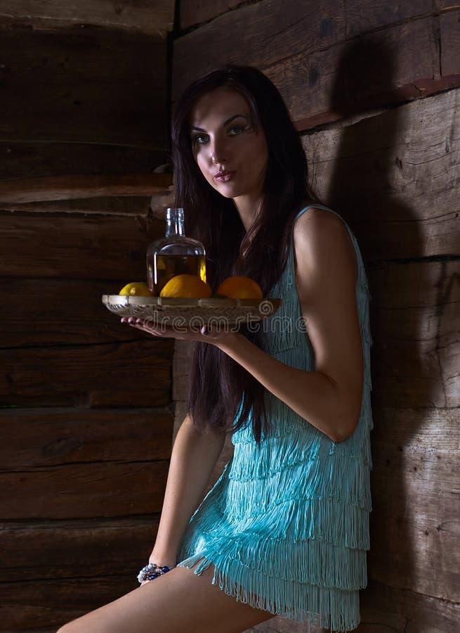 Belleza joven con tequila en la casa de madera vieja imágenes de archivo libres de regalías