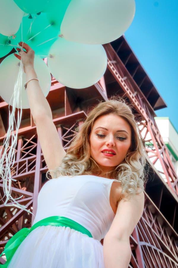 Belleza joven contra la torre Eiffel, muchacha con los globos fotografía de archivo