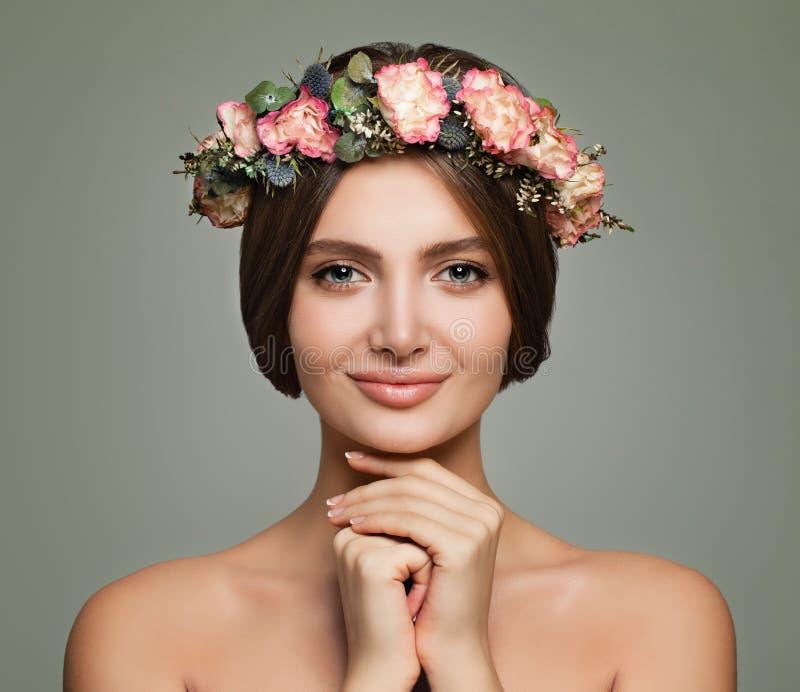 Belleza joven Mujer del balneario con las flores sanas de la piel y de las rosas fotos de archivo