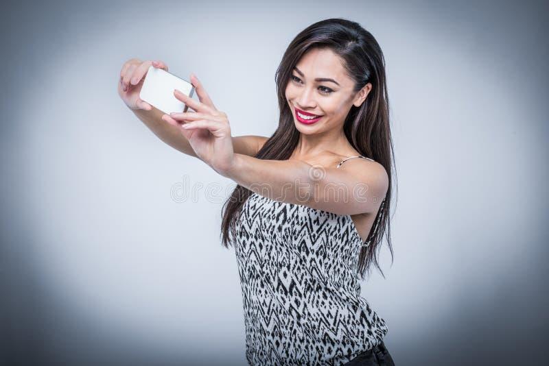 Belleza joven que toma Selfie con Smartphone fotos de archivo libres de regalías